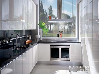 Дизайн интерьера черно-белой глянцевой кухни