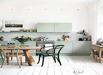 Неоклассическая кухня-столовая с мятным акцентом