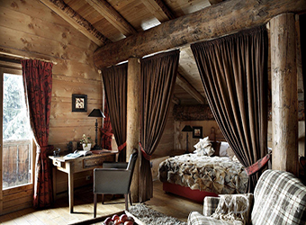 Дизайн спальни в мансарде загородного дома, или Путешествие во времена Пикассо