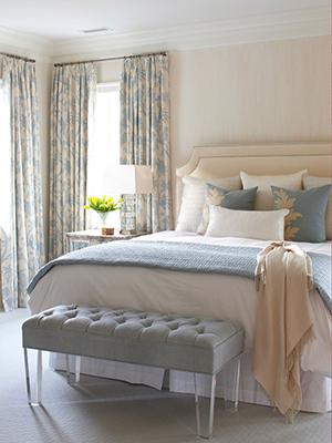 Декорирование интерьера бежево-голубой спальни