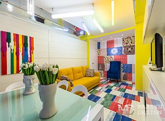 Интерьер аскетичной гостиной в стиле поп-арт