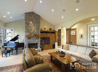 Интерьер гостиной-столовой с роялем в загородном доме